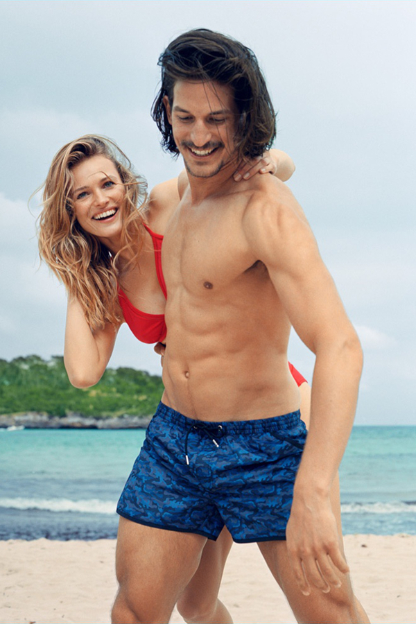 ZARA推出了2016夏季海滩度假主题型录,演绎了愉快的一天。休闲的彩色印花短裤,将注意力放在印花上,有迷彩印花、佩里斯花纹、植物花纹等,时尚独特,走在沙滩上回头率十足。蓝色的主色调,有夏季如海浪般的活力。