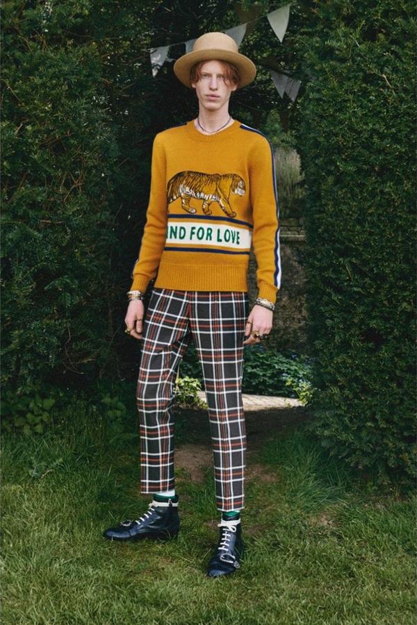 Gucci推出的2017男装型录,与其说是新装发布,不如说是一场艺术展览,给观众一场视觉盛宴。将时尚与艺术融合,迸发出充满魅力的迷人火花。Gucci的创意总监Alessandro Michele说,这一季男装是他的古怪想法的最佳描绘。我们将87张画片分为三个系列,这里是天马行空的针织衫与T恤系列。