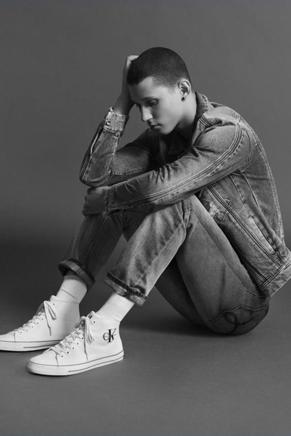 Calvin Klein Jeans本季推出了休闲系列丹宁型录。黑白的画片,褪去色彩只剩纯粹本质。受到军装元素启发的夹克衫,款式简约印有LOGO的POLO衫,以及帆布鞋。低调简约的设计,让浮华的夏季多了几分沉静。