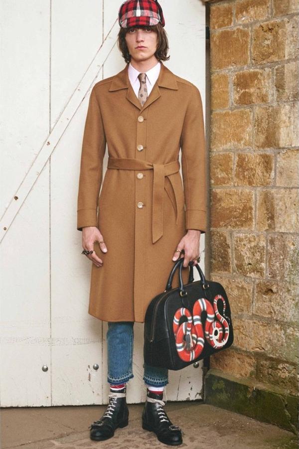 本季男装的英国摄影师Nick Waplington说本季男装诱发了上世纪60年代末,70年代初的波西米亚黄金时代,Hilles House完美地诠释了这种贵族权势。就连天气也完美地融合了春季的阳光与阵雨。Gucci的最后一个系列是数量最多的外套系列,融合了更多的奇异设计。
