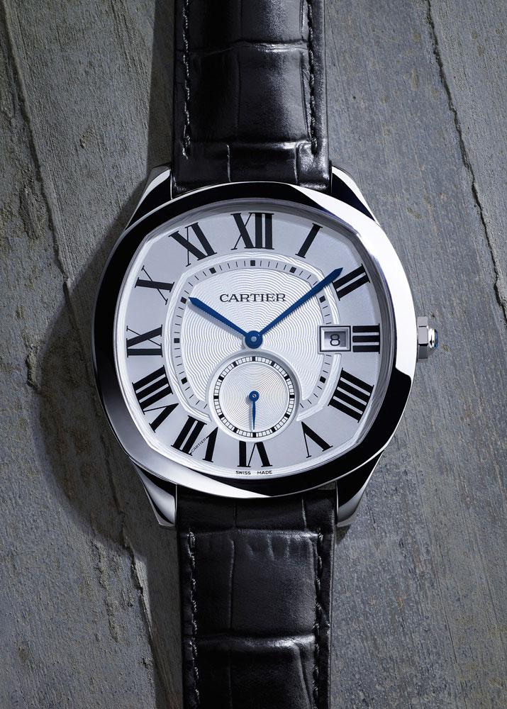 Drive de Cartier系列腕表拥有丰富的款式,表壳以玫瑰K金或精钢打造,配备白色和灰色表盘,搭配卡地亚经典的罗马数字时标及剑形指针。