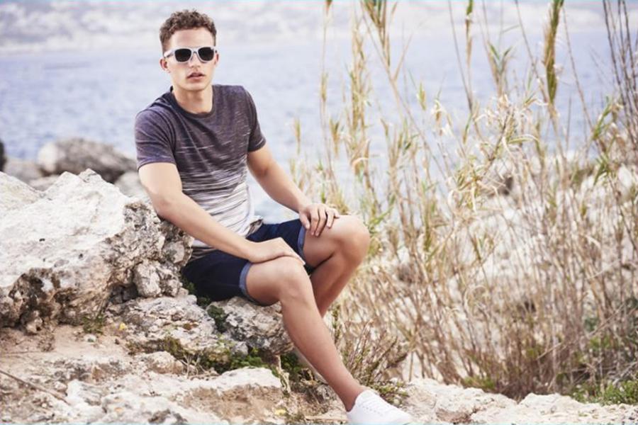 River Island在盛夏之际来到马耳他拍摄最新广告大片。Zakaria Khiare与Nathaniel Visser像是享受着一场度假的氛围,印花T恤、彩色夏季短裤,这些代表着夏季的元素依然充满吸引力。穿梭在石梯街道,或是礁石海滩,城市的魅力与时装的风尚,交汇融合。