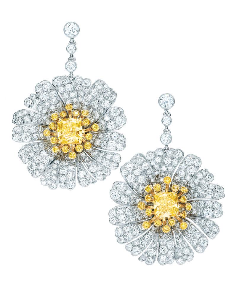 张艾嘉佩戴铂金和18K黄金镶嵌黄钻及白钻的雏菊耳坠,尽显自然之美