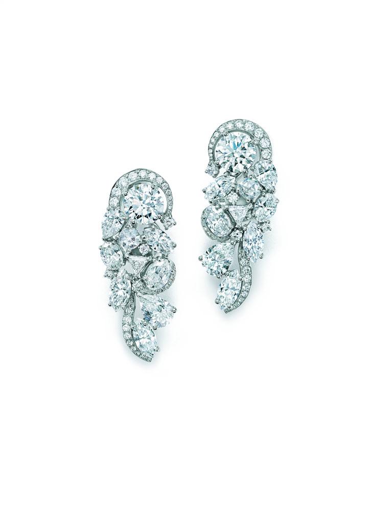 刘雯佩戴Tiffany & Co.蒂芙尼 18K白金镶钻腕表和铂金镶嵌圆形、祖母绿形、椭圆形、梨形、榄尖形,方形及三角形切割钻石耳坠,像瀑布一样精密而巧妙的串联,全方位折射璀璨光芒