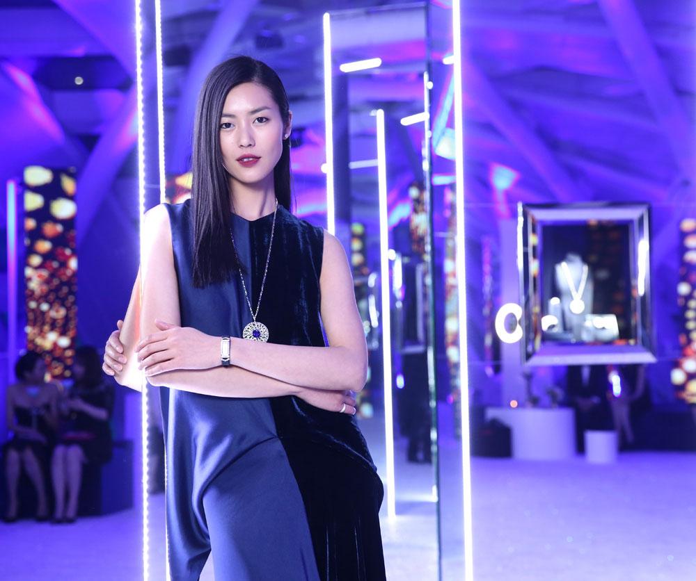 刘雯在珠宝陈列区欣赏珠宝,完美演绎蒂芙尼幻变之作
