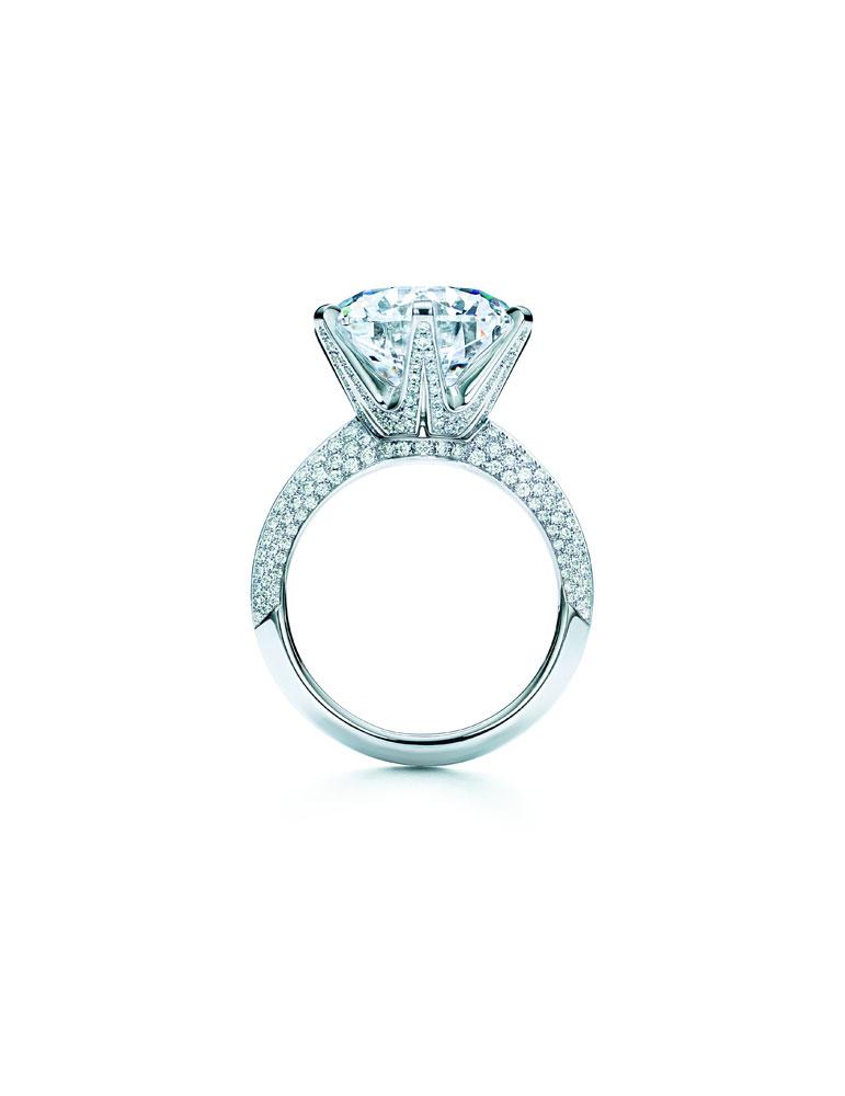 为庆祝这款传奇钻戒诞生130周年,蒂芙尼工匠们手工打造了这枚The Tiffany® Setting蒂芙尼六爪镶嵌钻戒,托起一颗D色、净度IF的8.55克拉钻石。承续着The Tiffany® Setting蒂芙尼六爪镶嵌钻戒的真爱象征,以及蒂芙尼无可撼动的钻石权威地位