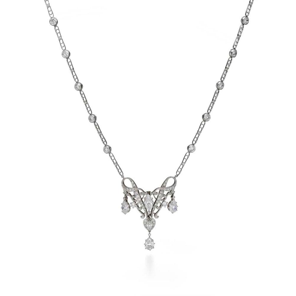 梨形切割钻石项链,这款项链在中央镶嵌了一颗巨大的榄尖形切割钻石和三颗梨形切割钻石,打造出环状钻石缎带