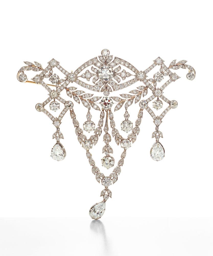 梨形切割钻石胸衣装饰珠宝,这款1904年Blue Book系列中的胸衣装饰作品,镶嵌大颗榄尖形和梨形切割钻石。直到1917年,胸衣装饰作品多次出现在每年的中。