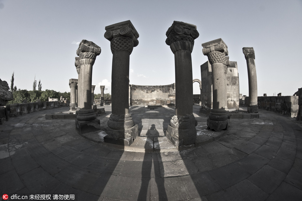 图为亚美尼亚的兹瓦尔特诺茨大教堂遗址。克罗地亚摄影师Oleg Mastruko走访了包括科索沃、马来西亚、阿塞拜疆等全球各地的废弃寺院,将这些曾经用于供奉神明的精美宗教建筑重新展现在世人眼前。