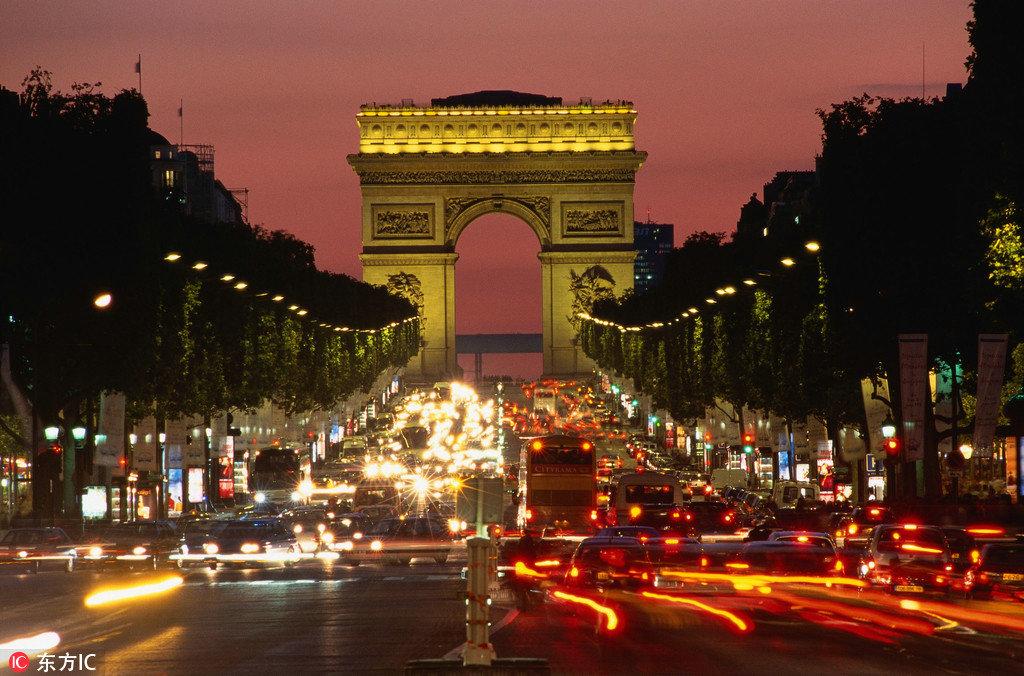 巴黎这个浪漫之都,每到跨年夜凯旋门就灯光异彩、烟花璀璨,人们聚在这互相拥抱亲吻,倒数,新年就在这么浪漫的气氛中到来。