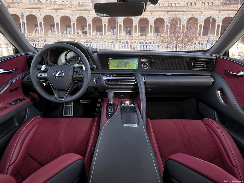 内饰的设计完全是为以驾驶者为中心设计的,仪表盘和多媒体系统一切都和驾驶者的视线垂直,设计非常独特,加上独特的配色,营造出不俗的豪华氛围。