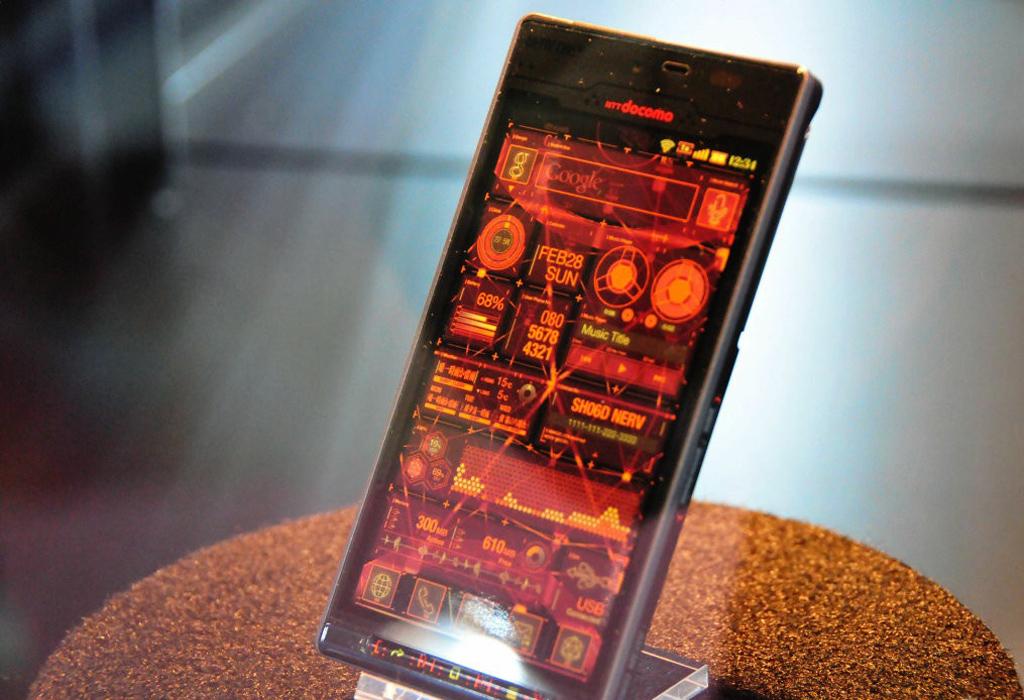 NO.1 NERVONLY限定款 动漫产业是日本三大支柱产业,每年都有很多动漫产出,附带的好多相关的产业都蓬勃的发展,在全球各地有无数动漫迷,对于与动漫相关的产品都喜欢。正是由于全世界狂热的动漫粉,所以手机厂商也看到了这样的机会,与动漫厂商合作推出定制的手机。NERVONLY限定款是第一款动漫定制机,是在2009年由DoCoMo与EVA动漫厂商合作生产的。为了突出动漫的元素,此款产品采用相同的灰色机身,并且配色和动漫中的一样,非常符合NERV军方风格。当这款产品受到很多人的追捧后,又推出了另一款智能手机,不过只供NERV干部使用,一般人买不到。