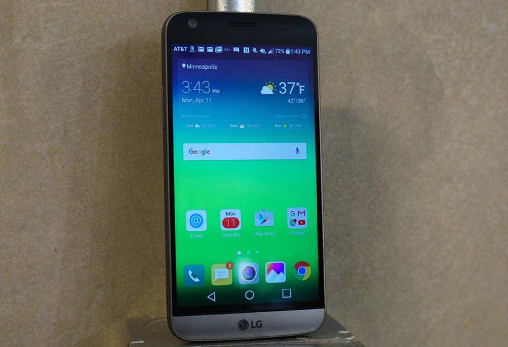 NO.1 LG G6 前段时间有外国媒体爆料称,LG G6手机会取消原来的模块化概念,同时加入防水的功能。除了上述比较大的变动外,此款手机也将实体的电影按键取消,不过加入了后置双摄像头。处理器为骁龙835,支持无线充电和虹膜识别功能。