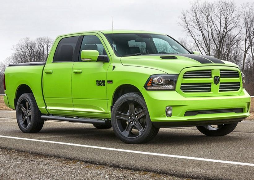 """车身采用明亮绿色的单色外墙涂料,田字型散热格栅十分宽大,位于车头中央,中间环绕着一枚""""羊头""""的车标以显身份。"""