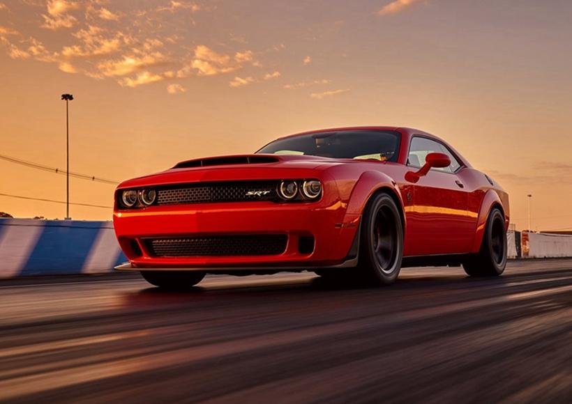 这辆装载了号称史上最强 V8 引擎的 Challenger SRT Demon 拥有 840 匹马力和 1044 Nm 扭矩,0 - 100km 公里加速仅需 2.3 秒。