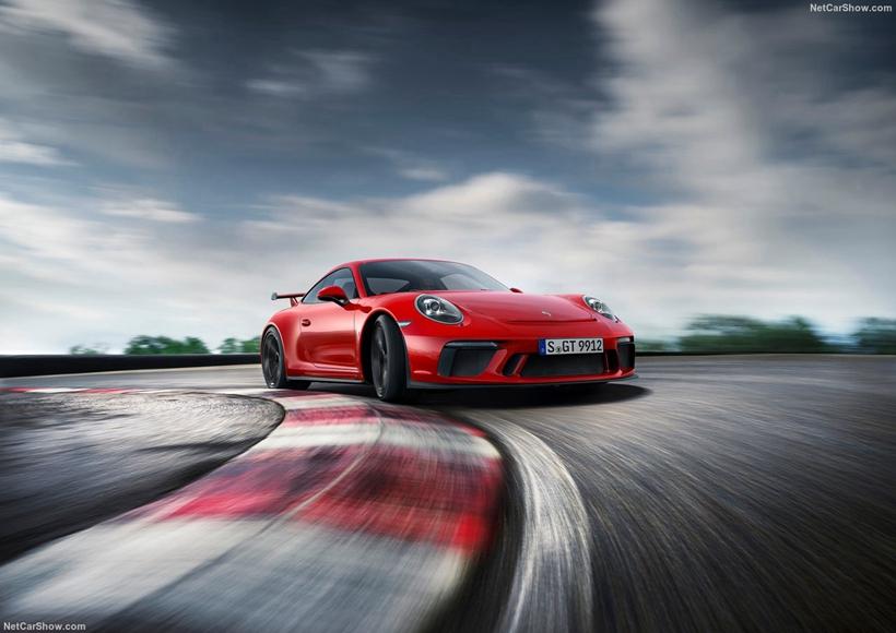 911 GT3后轮主动转向控制程序经过升级调整,配合新一代电子助力转向系统,丰富且真实的路感通过方向盘源源不断地传递上来;