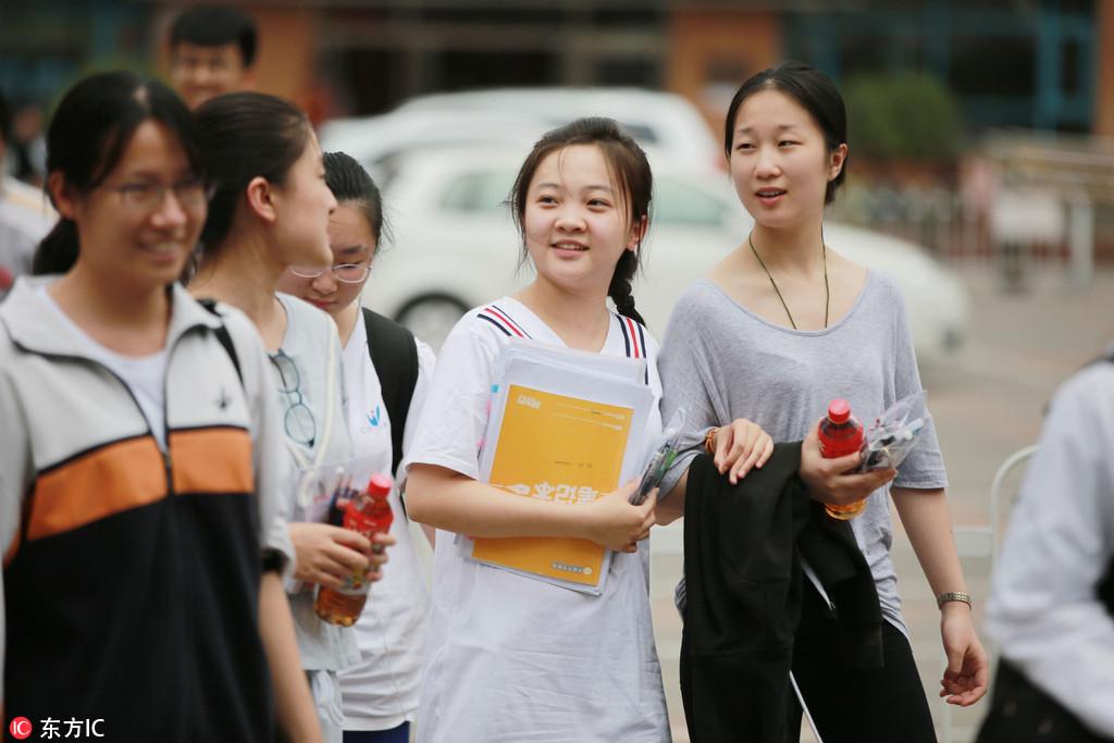 2017年6月8日,北京高考第二日,林妙可走出考场。