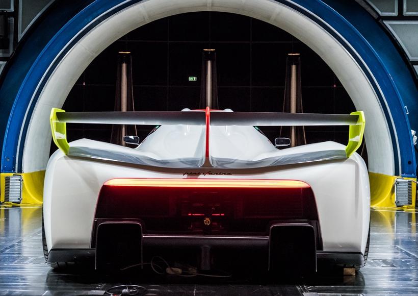 尽管,这辆H2 Speed作为一辆概念车型并没有在外观造型上夺人眼球。但是,它以氢能源驱动的理念一定能够让它名声远扬。