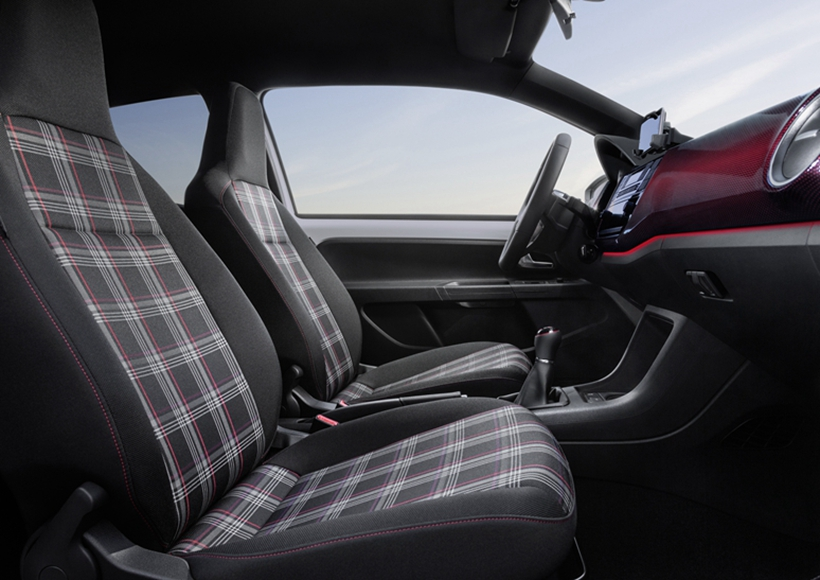 而在内饰方面,那副经典的苏格兰格子布座椅,绝对能够让那些深爱GTI的车迷们感动到一把鼻涕一把泪。