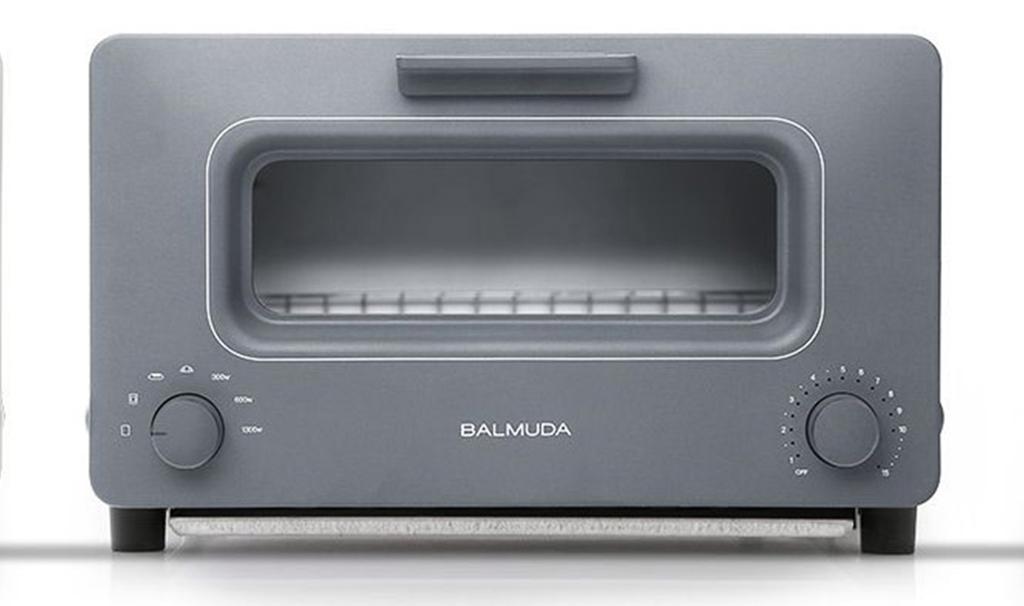 NO.1巴慕达吐司烤箱BALMUDA The Toaster 烤面包机,你家有吗?虽说不是我们通常意义上的必备家电,但是现在越来越多的人开始使用烤面包机啦。BALMUDA The Toaster除了基本的功能外,最出众的是外形设计。你会感叹面包机也会如此之美。这款面包机的设计灵感来自欧美经典的老款炉窑,结合独有的蒸汽技术和温度中控技术,还有五种烤制模式。只要有信心,你一定可以通过这款烤箱制作出完美的面包。
