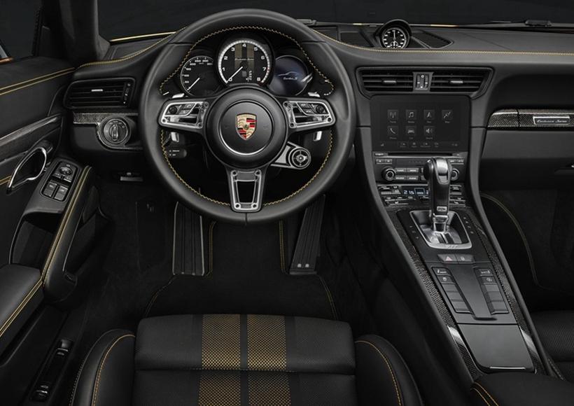 911 Turbo S Exclusive Series的标准配置还包括带保时捷主动悬挂管理系统(PASM)的主动式运动底盘和Sport Chrono组件等。通过配备后桥转向系统和保时捷动态底盘控制系统(PDCC)的侧倾补偿功能,车辆的操控性和稳定性将进一步提升。