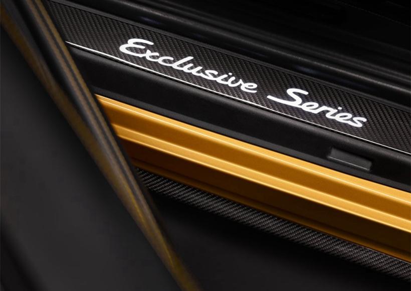 "911 Turbo S Exclusive Series的乘客舱优雅而独特。18向可调节运动座椅覆有两层穿孔皮革。内层的金黄色双条纹带来令人惊叹的视觉效果。此外,头枕上的接缝与""Turbo S""字样也采用了金黄对比色。车顶内衬采用带金黄色双条纹的Alcantara面料,而碳纤维内饰组件的装饰条上还配有上等铜线。"