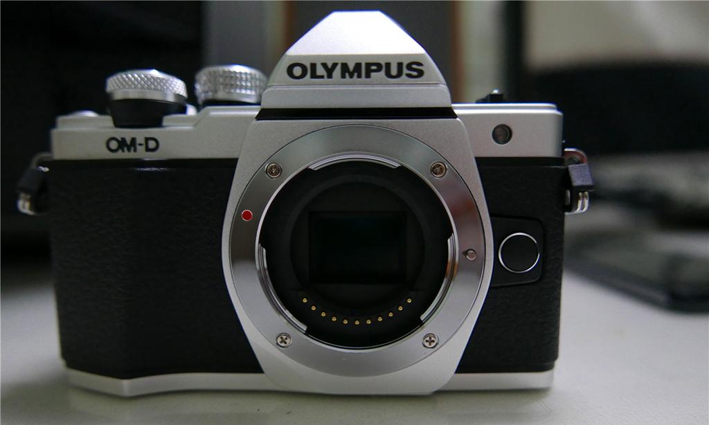 NO.5奥林巴斯E-M10 II 具有复古造型的奥林巴斯E-M10 II具有五轴机身防抖系统,可以手持拍摄清晰的照片。相机的像素是1600万,自动对焦快门可以完成傻瓜式的操作,可以满足年轻消费者的需要。 参考价格:4999元