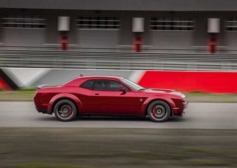 1.7英里赛道圈速快约2秒,1/4英里加速快约0.3秒,过弯G值增0.04g,0-60英里/小时加速快0.1秒。宽体版也是新增了不少好料,包含新式进器格栅与SRT专属徽饰、Brembo煞车系统等。