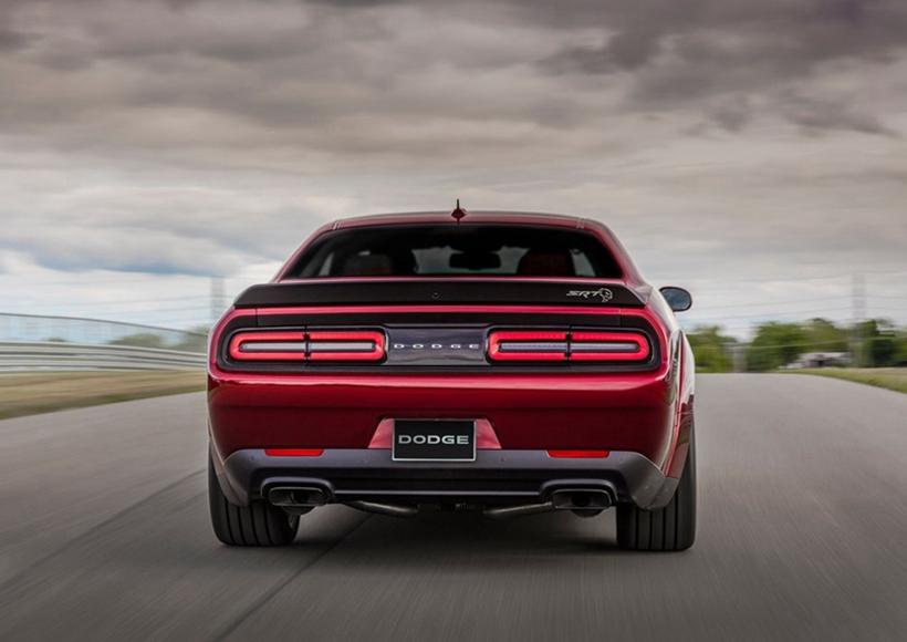 宽体版配备源自SRT Demon的宽体套件,车身宽度较Challenger SRT Hellcat增加89毫米,搭配20寸Devil轮毂和规格为305/35ZR20的倍耐力P-Zero轮胎。