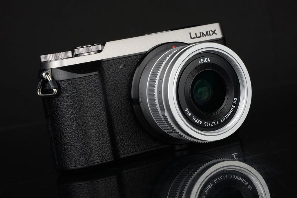 NO.3松下GX85 2016年松下推出的松下GX85是一款APS-C画幅的无反相机,重量比前几款都轻,仅为383克,传感器是1684万像素的Live MOS。此款相机特别适合跃动拍摄,再加上图像稳定技术,可以拍下球场运动的球员。这款相机可以说是性价比很高的产品,相比上几款将近万元的价格,它只需要4000元左右。 参考报价:4199元