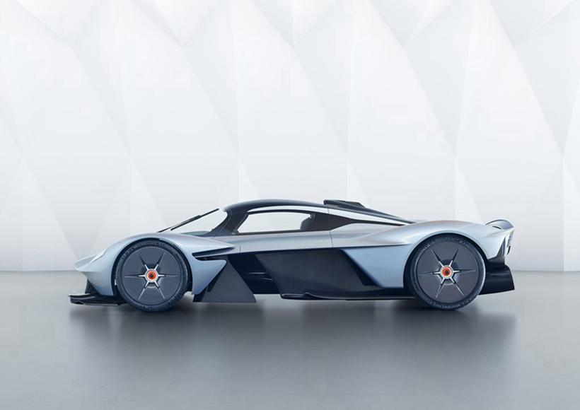 新车前脸设计极具未来感,夸张的下扰流器、鸥翼式车门设计以及超片平化的设计都极具个性,同时可以增大下压力和降低前后车身的压力阻力。