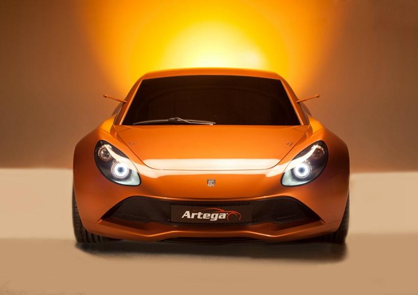 """橘黄色的车企和""""铮亮""""的大灯让它看起来像是一个耿直的大男孩,除了飞奔它不会耍其他太多的小花样。"""