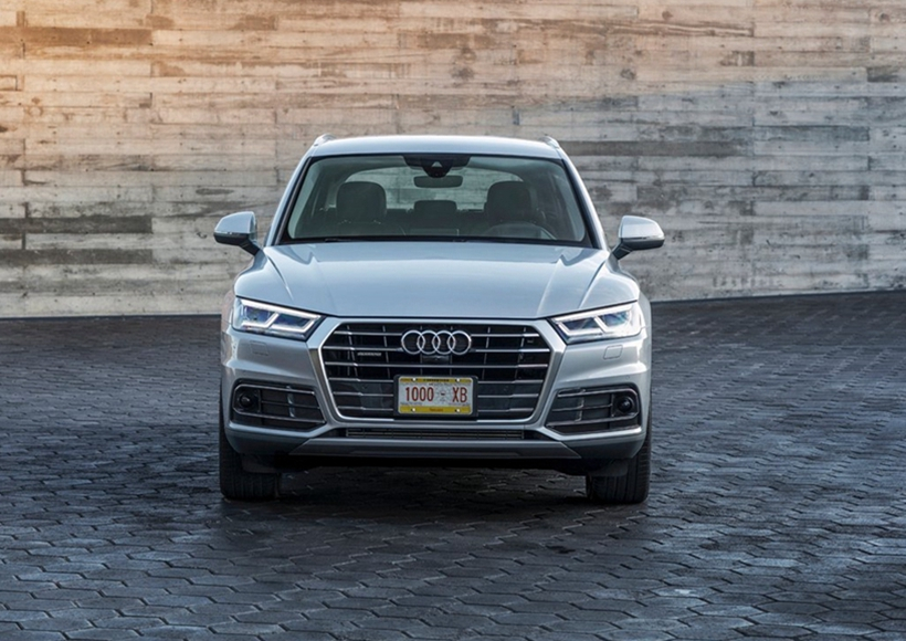 新奥迪Q5配备带自动紧急制动功能的自适应巡航控制系统(ACC)。当车速处于30-200公里/小时范围内,系统可以控制车辆进行安全巡航。当车辆前方有其它车辆时,系统将通过自动加速或自动减速保持与前车的安全距离;当车速低于30公里/小时,如果系统检测到即将与前车发生追尾危险,将自动进行全力制动,尽最大可能防止事故发生或减轻事故的损失。该系统不仅提高了主动安全性,更有效减少了长途驾驶的疲惫感,让您拥有更多舒适的旅程。