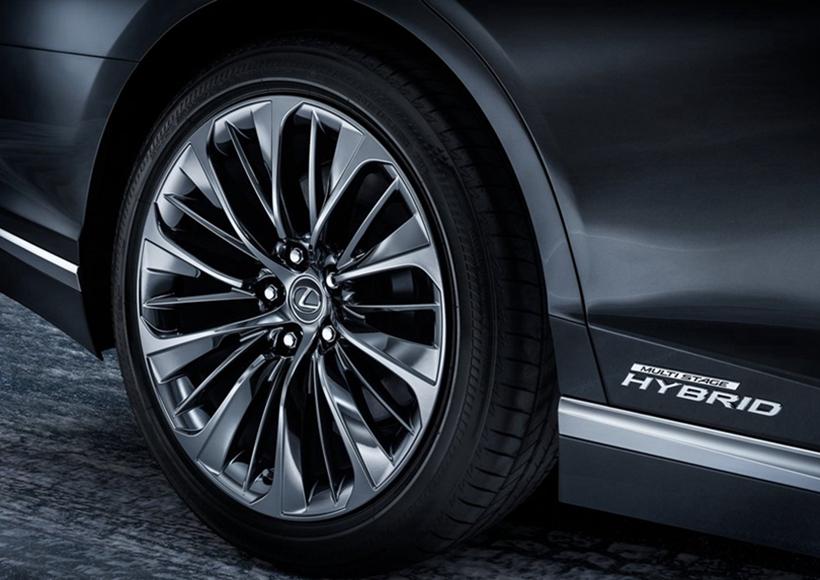 """内饰方面,LS 500h车型与LS 500车型保持相同的设计语言,宽阔的仪表台配备了全液晶仪表盘、中控彩色触摸屏幕以及副驾驶前方显示屏,搭配上仪表台上风琴式装饰线条,使整车极为奢华。另外,该车型还在挡把后方增加了""""EV MODE""""纯电动模式启动按钮,其用于启动车辆的纯电动驾驶模式。"""