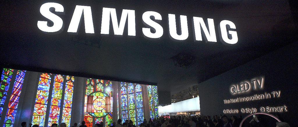 "NO.3 Samsung Q9F QLED 在电视这个有些""历史年头""又焕发新生的智能产品领域,三星似乎掌握了杀手锏,凭借着自家的Q9F QLED TV,稳坐了这一领域的头把交椅。高速动态超清成像,以及语音控制成为本产品的核心科技。"