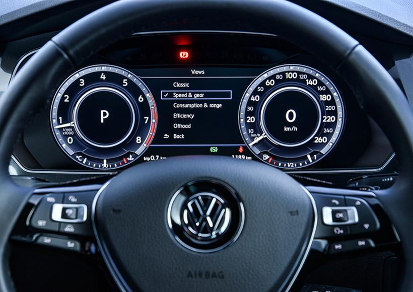 不过,改变不仅仅是发生在外观上面。R-Line配置了许多现代主流车载科技,包括LED大灯系统,全液晶仪表盘还有行驶模式的选择。