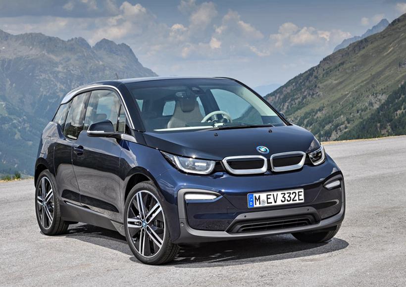 作为BMW i3家族中的运动版本,最新发布的BMW i3 已经拿下了不少汽车设计的年度大奖。它在外型上依旧有着明显的宝马特色,但如若仔细看,还是能发现不少新改变。新版的前脸线条,勾勒出极其具有冲击力的视觉享受,雾灯设计也由原来的圆形设计变为横幅式样,多了几分年轻与活力,也许会更受男性驾驶员的喜爱吧。