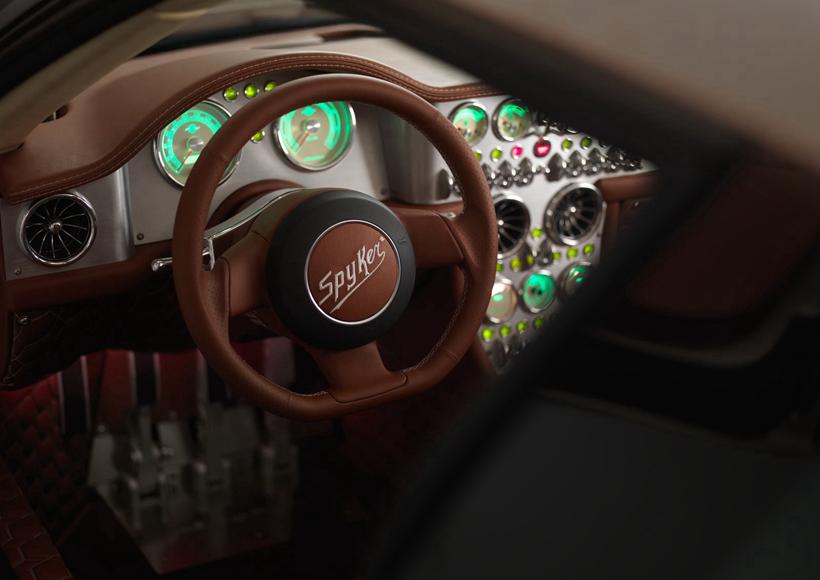 "Spyker C8 Preliator的设计代表了航空文化在""路面喷气式飞机""的最终成果,没有机翼的飞机在平顶显示器中反映出来,是每辆车的标配,也是Spyker无与伦比的工艺缩影。"