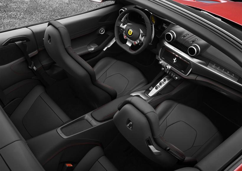 尽管Ferrari Portofino在车型设计上采用了其最新的家族式设计,但依旧能从其中窥见到California T的身影,或许也是想让它继续延续Ferrari的跑车传奇吧。Portofino在头灯组、前格栅和保险杠上都下足了功夫。纤细的车灯与略显夸张的大嘴相搭配,富有极强的冲击力,想要低调都恐怕不行。车尾的线条也变得更为复杂了一些,呈现出一种非常优美的立体视觉享受。