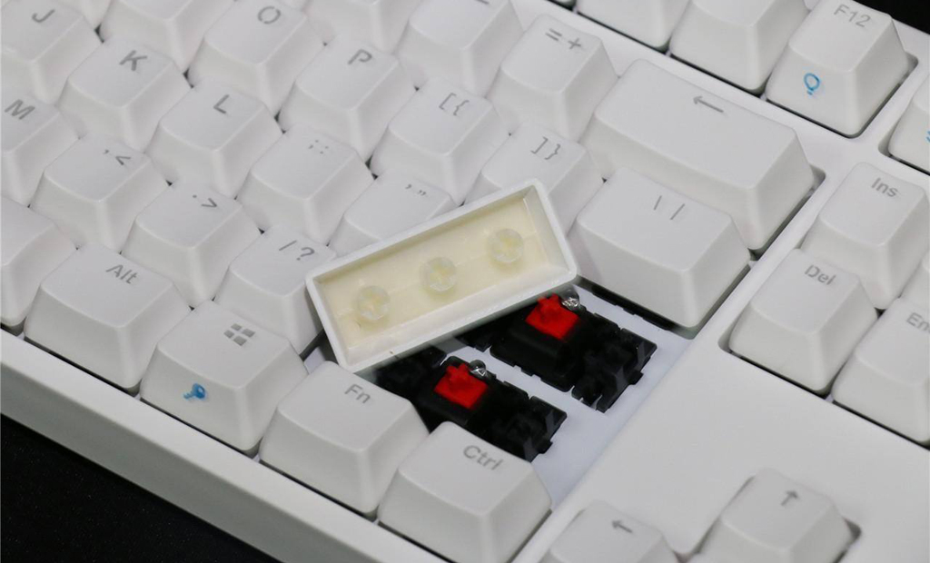 NO.2 IKBC F108机械键盘 纯白色的外形设计,美感十足,这就是IKBC F108机械键盘,也叫做时光机。整个键盘有60按键,每个按键代表1秒,每秒点亮一个按键,时间就可以在我们的指尖流逝。此键盘采用德国原厂cherry轴,切换手感很棒。一共9种灯光效果,可以满足玩家在游戏过程中的切换使用。 参考价格:499元