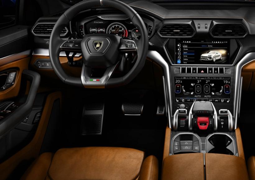 Lamborghini Urus搭载4.0升V8双涡轮增压发动机,这也是Lamborghini首款搭载涡轮增压发动机的车型,具有很强的里程碑意义。它的发动机动力可达到650马力,最大扭矩为850牛·米。从静止到100公里/小时加速仅需3.6秒,最高时速达到305公里。毫无疑问,这是目前全世界范围内,加速度最快的SUV了。