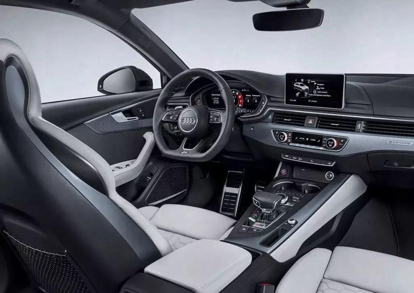 它的车身侧面线条凌厉简约,显现出一种粗犷直白的美感。车辆的前部采用坚固的进气口,经典的R3型蜂窝结构宽大霸气,也大大提升了运动感。