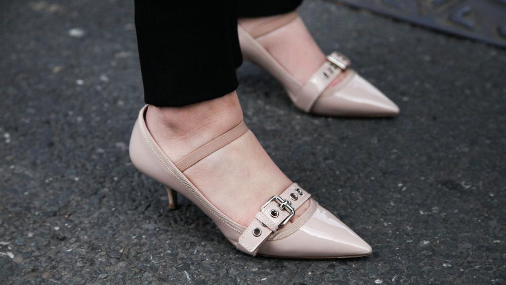 早秋鞋子怎么選 試試最顯腿長的裸色鞋