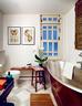 最常见的纯白色瓷砖是浴室必备, 虽不时髦,几个世纪下来却也不会退流行。浴室中红铜打的浴缸甚是难寻,也是叶裕清的最爱,墙上挂着一次阿姆斯特丹旅行买的画作。