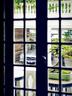 酒店外停放着一台银色奔驰古董车,其出产年份正是叶裕清的出生年份。