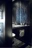 卫生间在黑色主调中加入了金属质感,透出一股神秘气息。