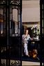 Marie France和宠物狗Momo在餐厅中,她的优雅总能在不经意间流露出来。她的背后是朱毅勇的油画作品《水乡》。几扇19世纪晚期的古董榆木屏风很好地将餐厅和客厅分离开来,这是Marie来中国之后购买的,保存完好。
