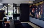 餐桌与客厅中的家具和装饰陈设处于同一纵轴上,为这处空间带来非常美的景深。