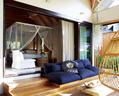 从套间内的开放式沙发可以看到卧室和开放式浴室。被染色的莲花靠垫是南非面料艺术家珍妮(Jenny Gifford)的作品。