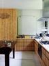 墙上的巴黎艺术石膏像是建筑师丽莎委托岛上的建筑工制成的。水平的玻璃窗贯穿整个厨房的长度,自然光照进室内,满眼又是窗外庭院里的绿色景致。